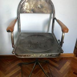 Mesa y silla tipo industrial