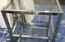 Pareja de mesas de acero y cristal