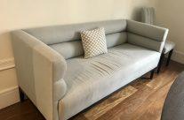 Sofa, tres sillas y mesa de comedor